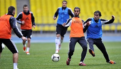 Предыгровая разминка в футболе Уроки футбола и тренировка  Упражнения выполняем во время разминки футболистов